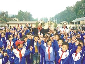 钟华生与希望小学的孩子们在一起。